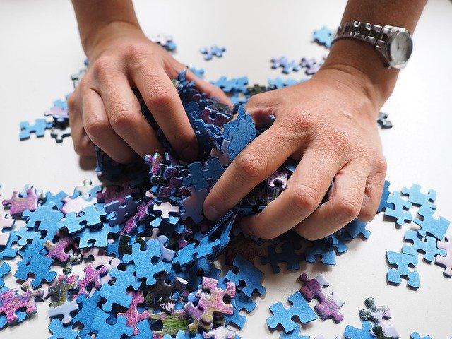 puzzelstukjes vastpakken